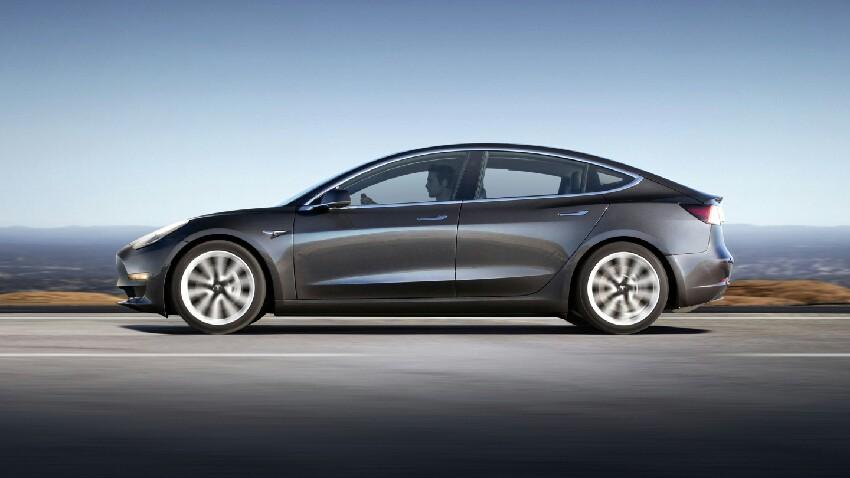 Teslak Elon Musk-ekin partekatzen du 2 mila milioi dolar egin zituen