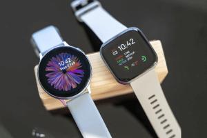 Fitbit Versa 2 Samsung versus Galaxy Aktiboak 2Zein erloju adimentsuena da onena