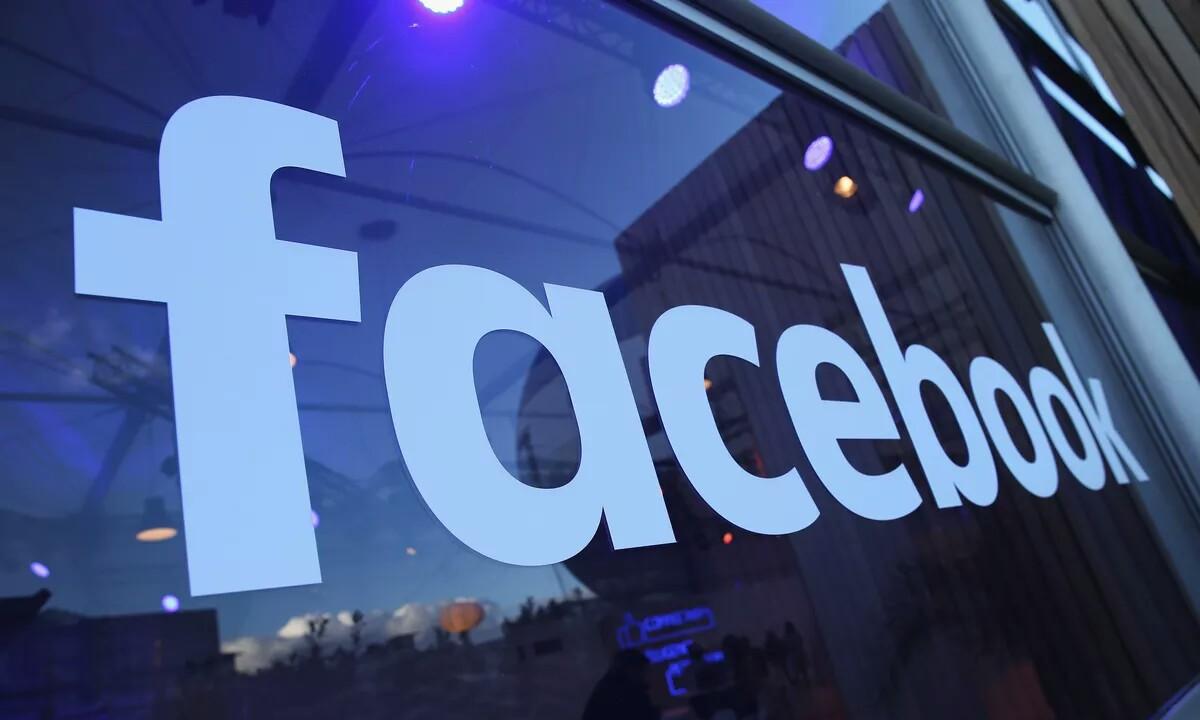 Facebook Ekialde Hurbilak kontu batzuk ezabatu zituen