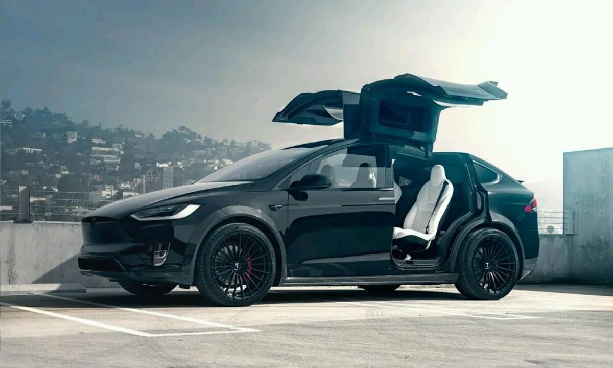Tesla ibilgailuek taxi zerbitzua automatikoa eskainiko dute