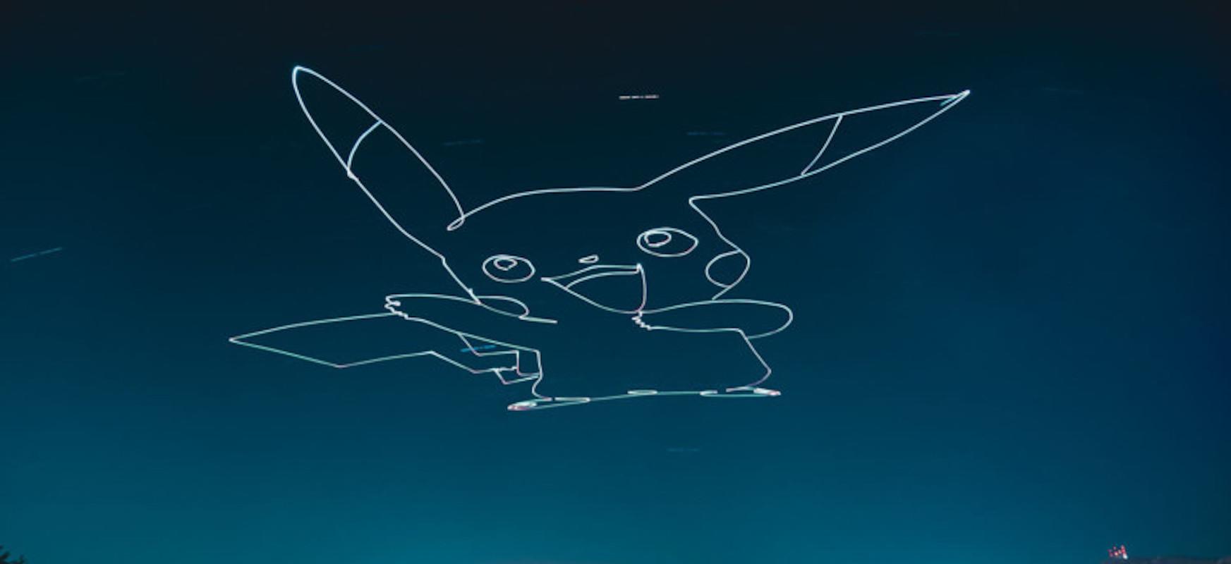 Zer gertatzen da argiztapen bat droneari lotzea eta gaueko zeruan argia margotzea?  Eraginak harrigarriak dira