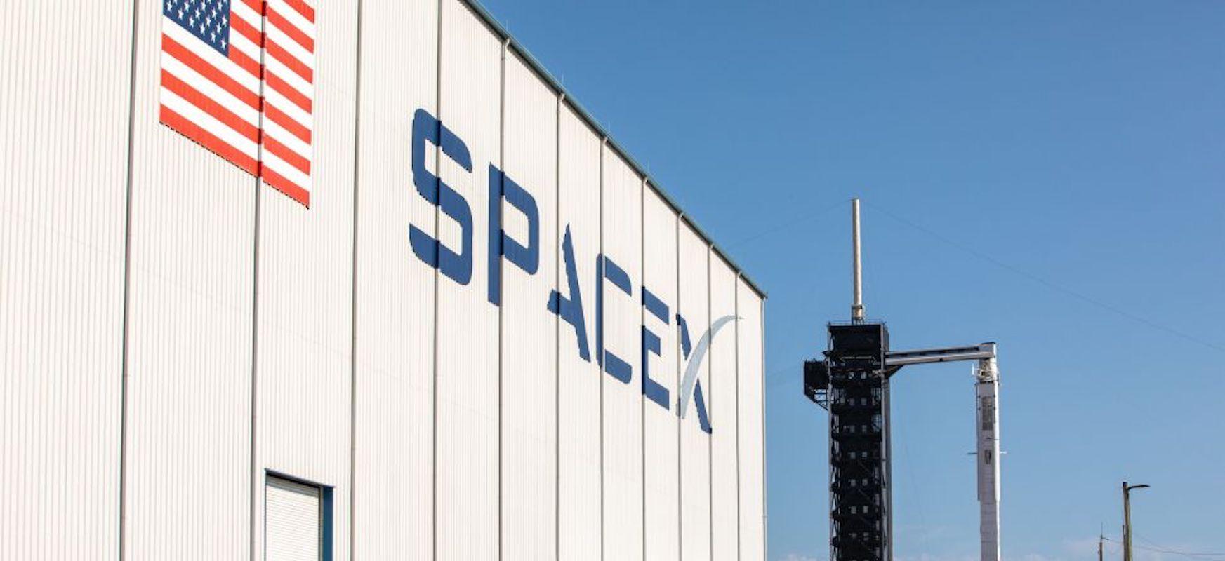 Elon Muskek arnasari eusten dio.  Gaur SpaceX-ek astronautak espaziora eramango ditu