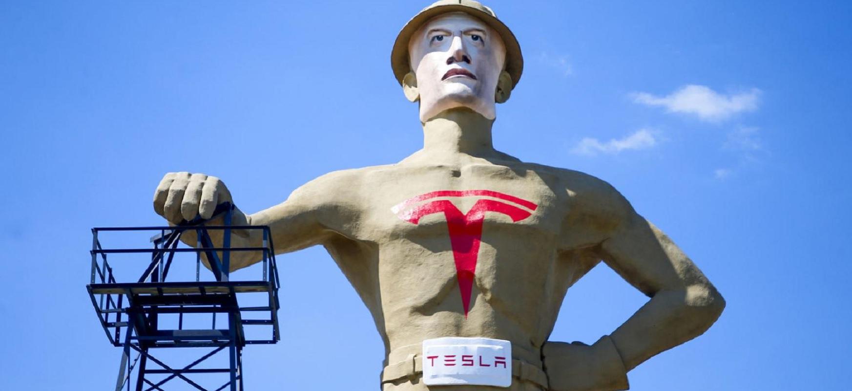 Oraindik ez zegoen horrelako Elon Musk.  23 metroko ekintzailea Oklahoma hiriari begira dago