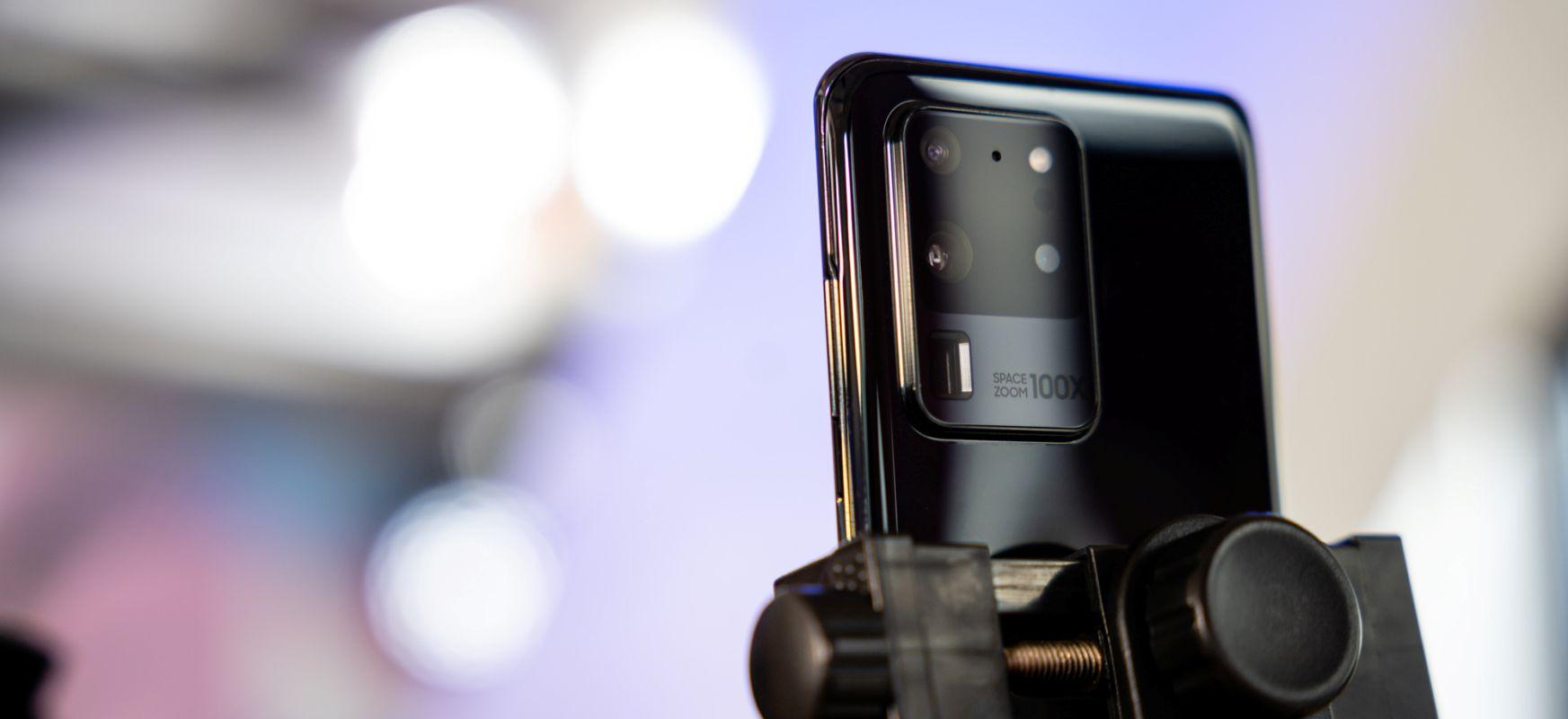 Bi argazkilari, smartphone bat.  Samsung Galaxy S20 Ultra in Spider-en Web argazki duel