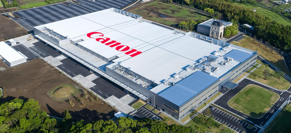 Canon-ek Japoniako kamera fabrikak eten ditu.  Horrek kolpe handia izan dezake argazkilaritzarentzat