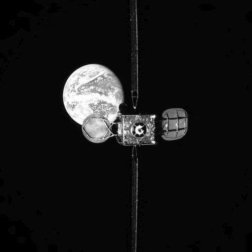 Satelite batek energia ematen dio bigarren satelite bati.  Objektuak orbitan batu ziren