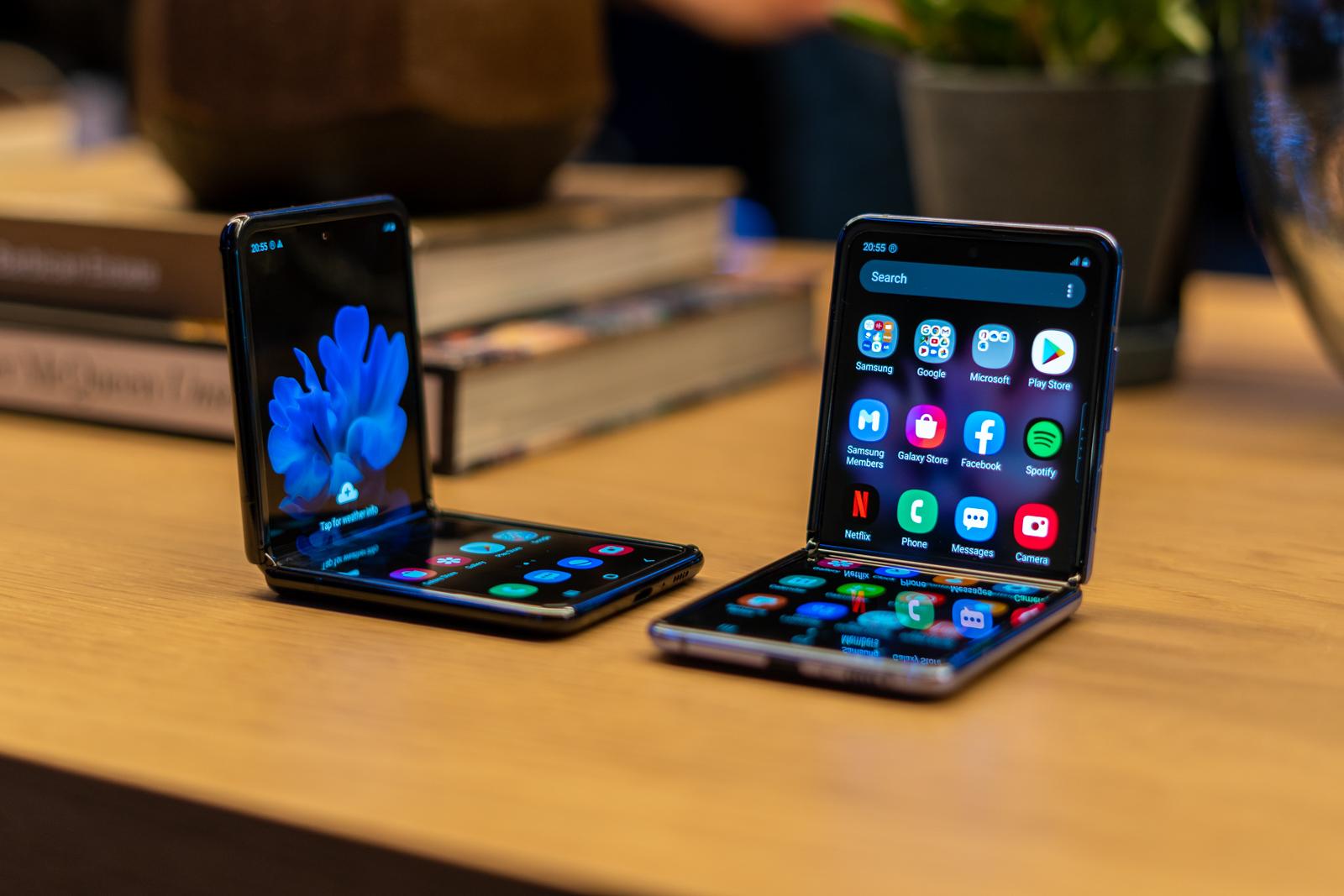 Samsung pantaila Galaxy Flip-ekin beira malguaz estaltzen da.  Halako zerbait existitzen den egiaztatu dugu