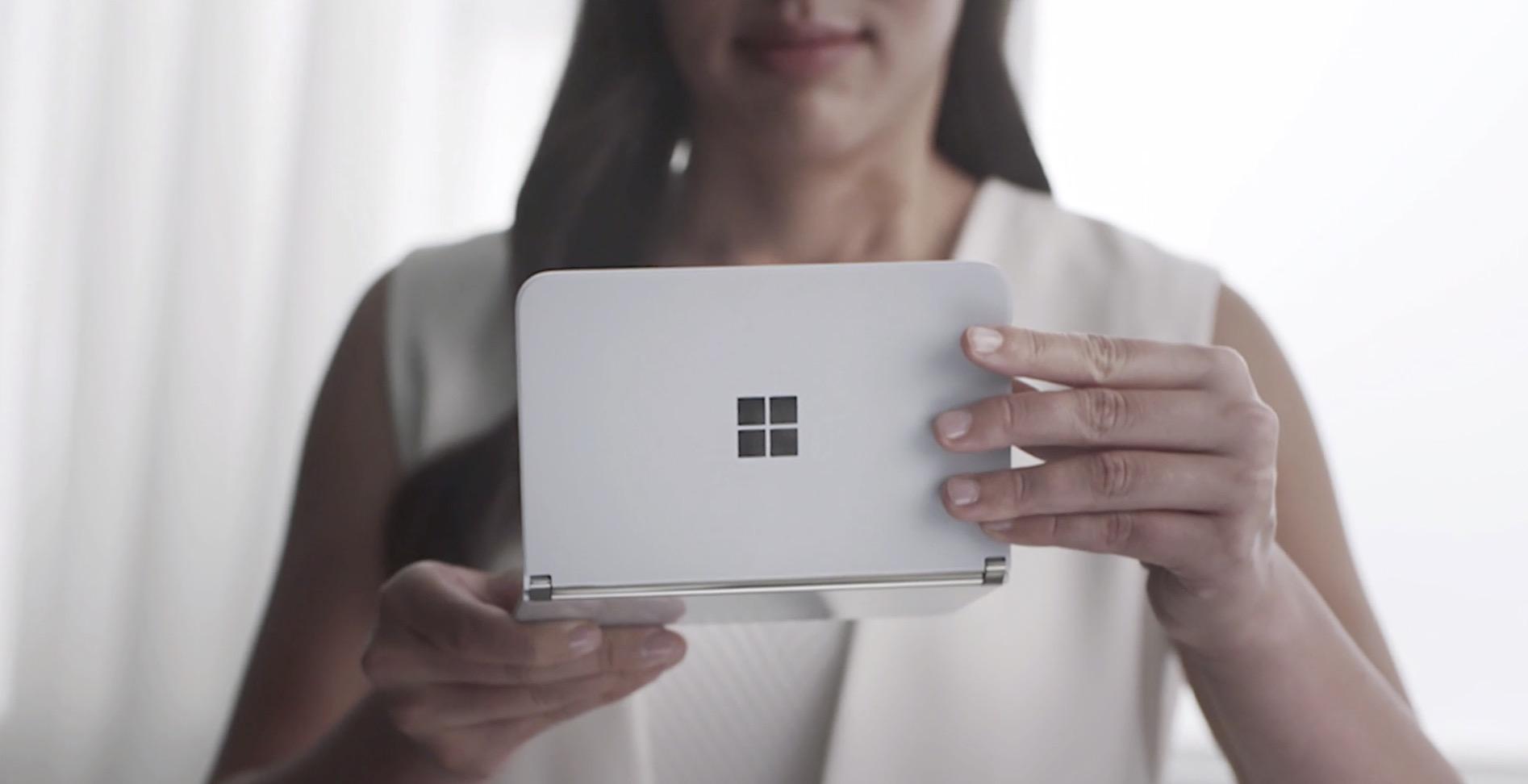 Horrela tolesten da Surface Duo.  Microsoft-en telefonoa garraio publikoan harrapatu zuten