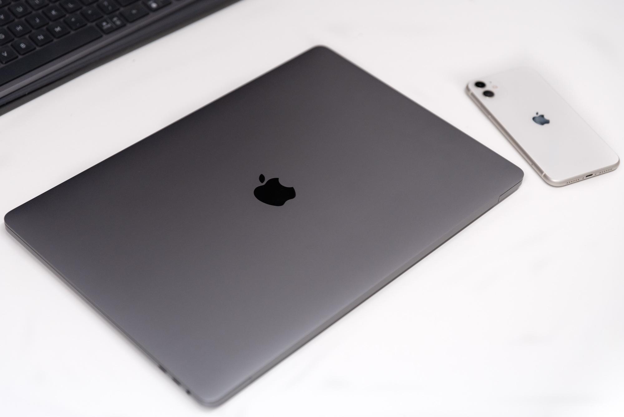 Ordenagailu eramangarri bikaina, mahai gaineko ikaragarria.  MacBook Pro 16-k arazo larriak ditu kanpoko monitore bat konektatzeko