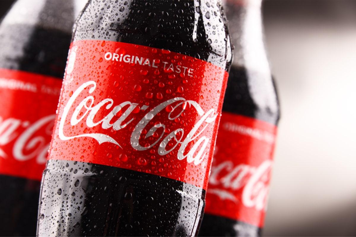 Coca-cola gure begien aurrean aldatzen ari da.  Latak ez dira gehiago plastikoz bilduta egongo