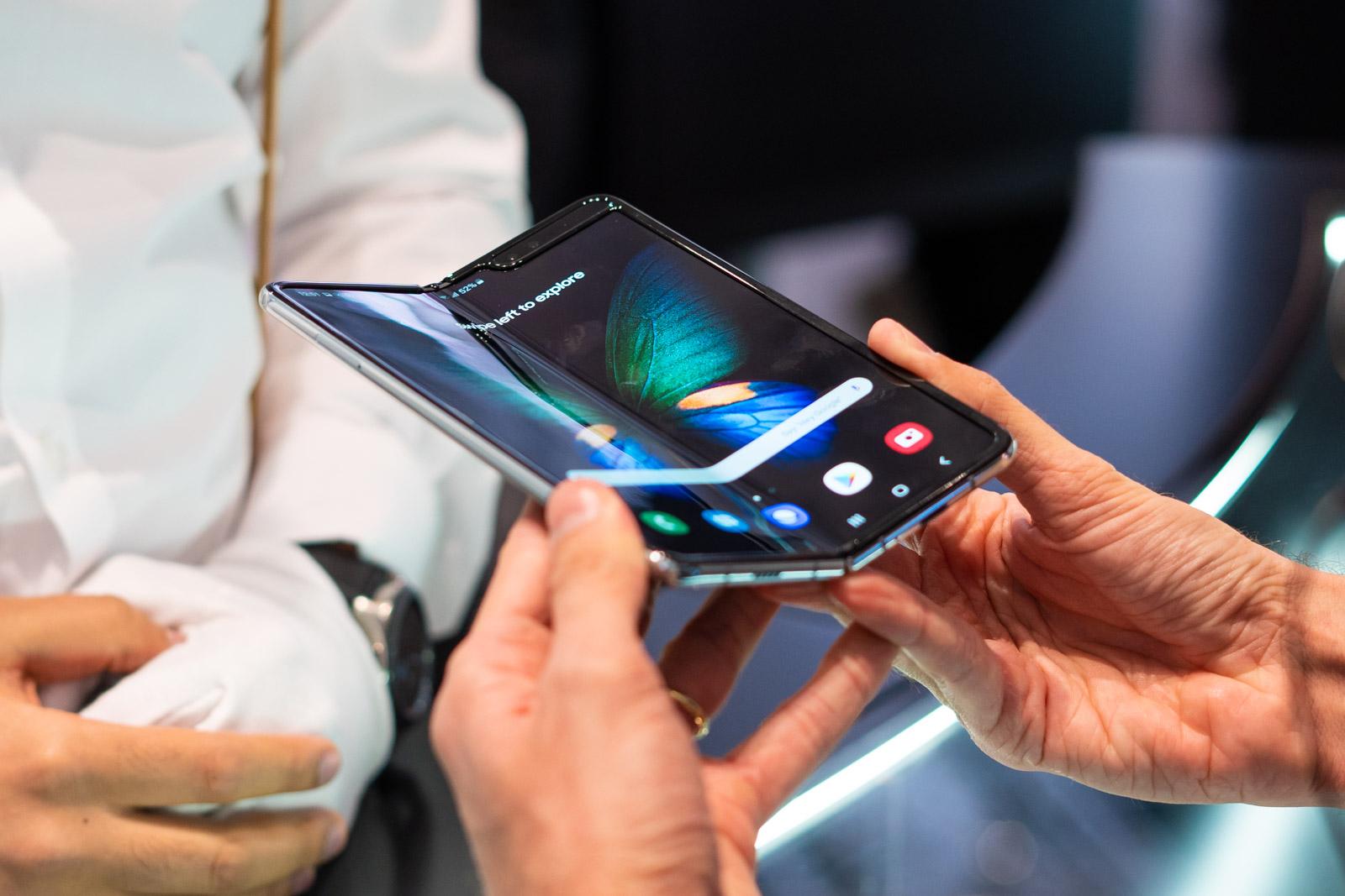 Samsung Galaxy Fold  harpidetza egiteko T-Mobile, Plus, Orange eta Play-n. Eskaintza guztiak bildu ditugu
