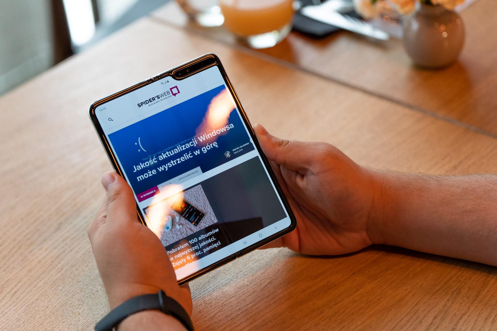 Galaxy Fold  Play-eko harpidetza batean - pantaila malgua duen smartphone baten prezioak ikasi ditugu