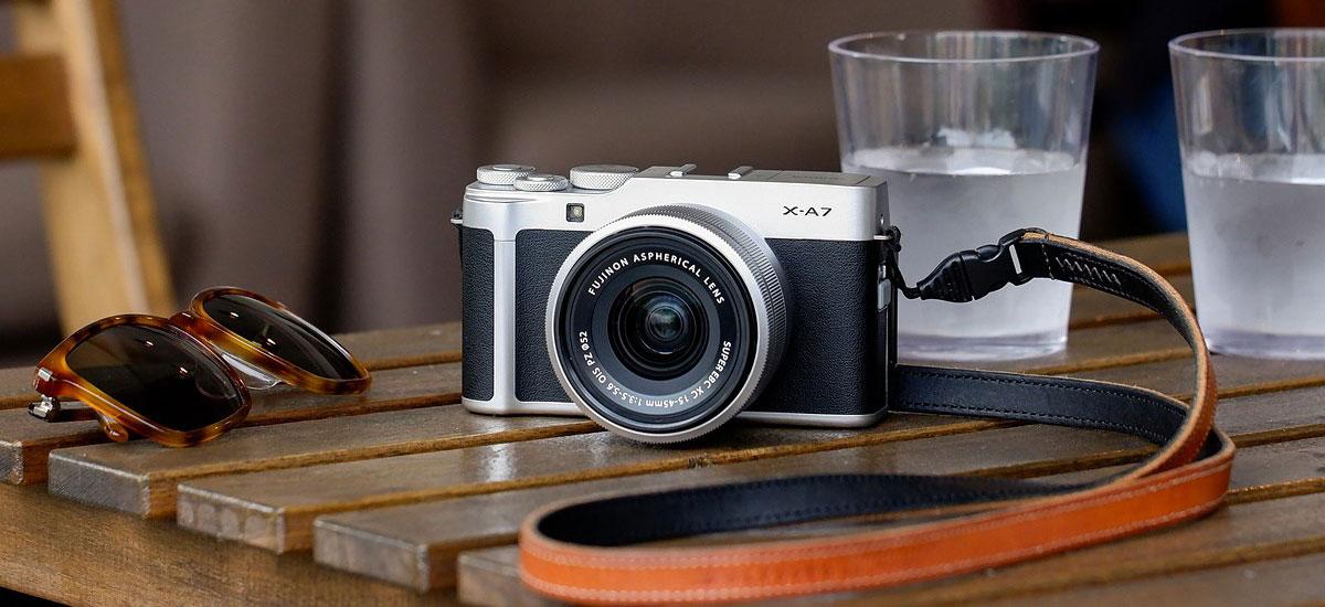 Hau Fujifilm X-A7 da.  Kamera merkea eta modernoa artista modernoarentzat