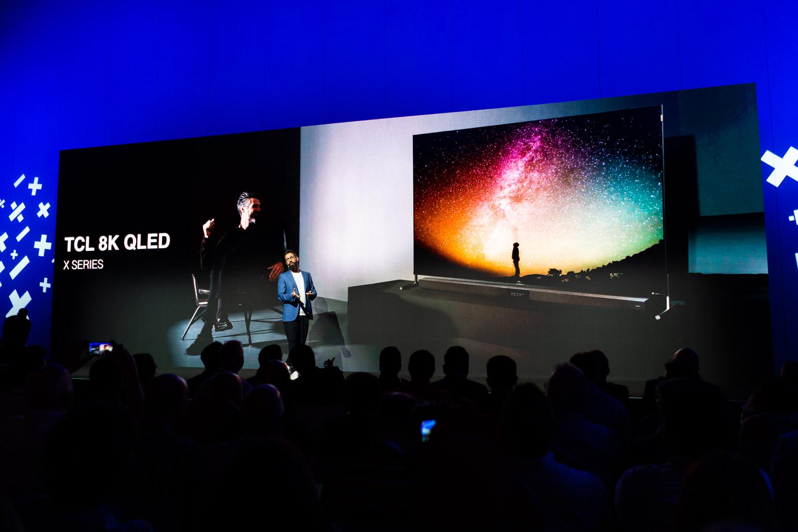 8K, QLED, Mini LED eta telebistak batetik kamerak erretraktil.  TCL erakutsi produktu berriak