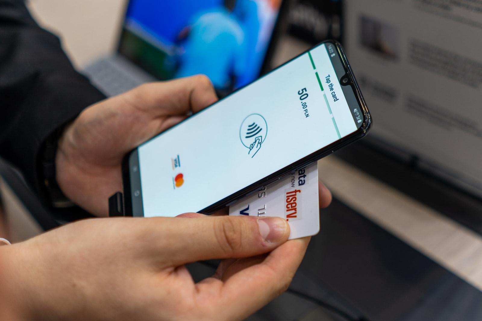 Smartphone ordainketa terminalaren ordez.  Hemen dago SoftPOS