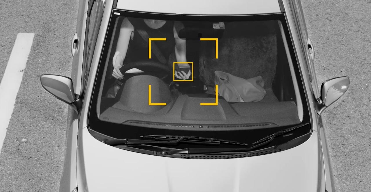 AI kamera honek gidatzen duen bitartean telefonoa erabiltzen duen hautematen du