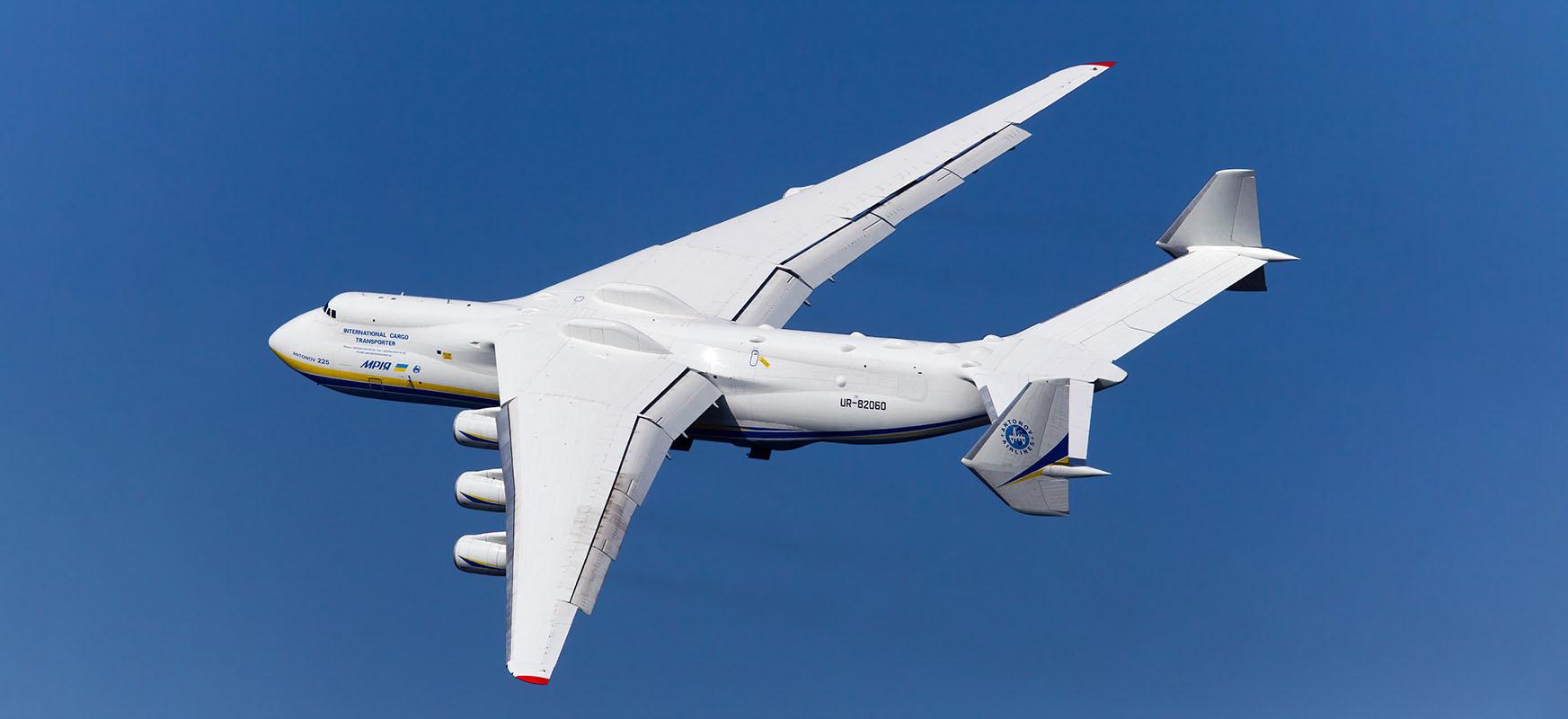 Antonov An-225 Mrija Handia Varsovian dago.  Ekipo medikoak taula gainean.  Ikusi linean