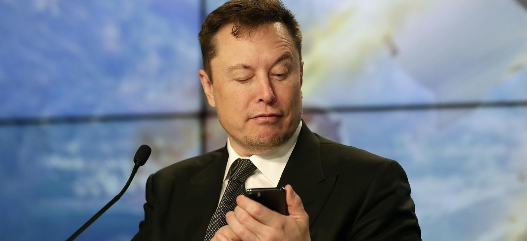 """Elon Musk-ek honela dio: """"Hartu pilula gorria"""".  Matrizaren sortzaileek erreakzionatzen dute"""