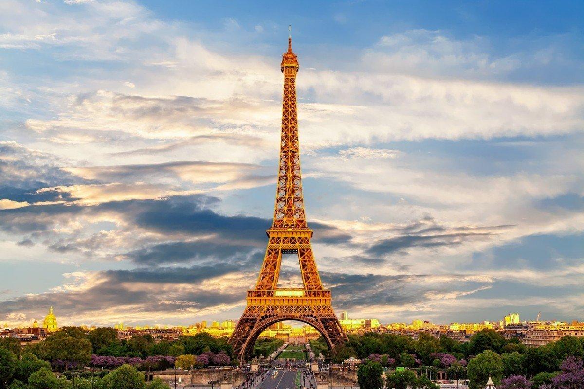 Frantzia sare sozialetan legez kanpoko edukiengatik 1 orduak eman zituen