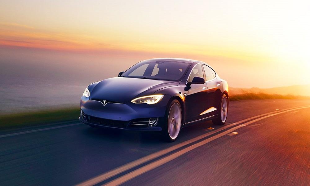 Gidatze autonomoa saltzen hasten da Tesla