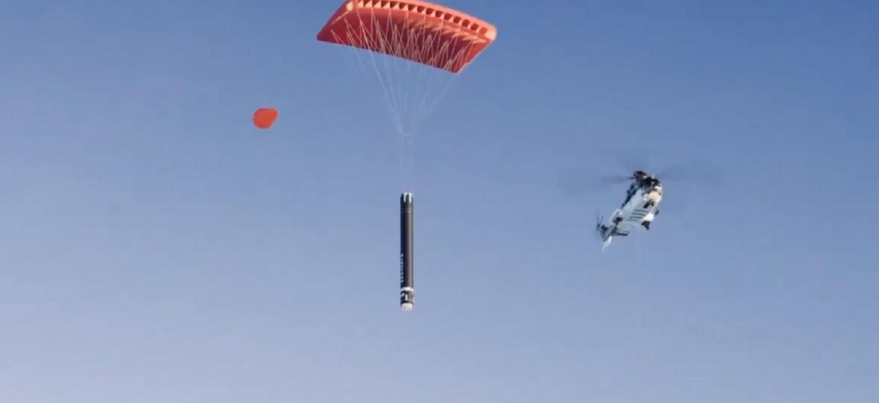 Helikopteroa zerutik erortzen diren suziriak harrapatzen dira.  Rocket Lab-ek SpaceX-ekin lehiatu nahi du