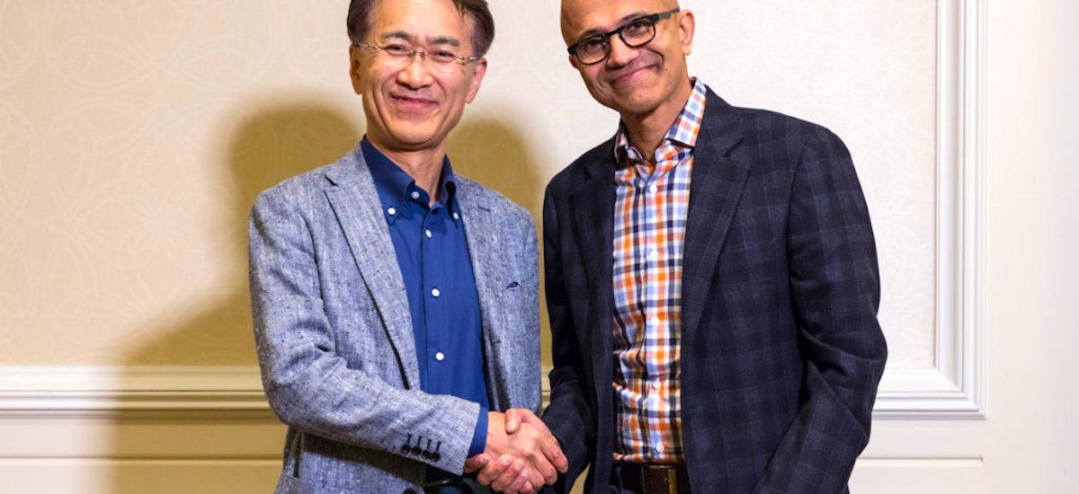 Microsoft-en arrakasta Sonyren arrakastaren araberakoa da.  Horregatik, PlayStation fabrikatzaileak lehiakideari konfiantza eman zion