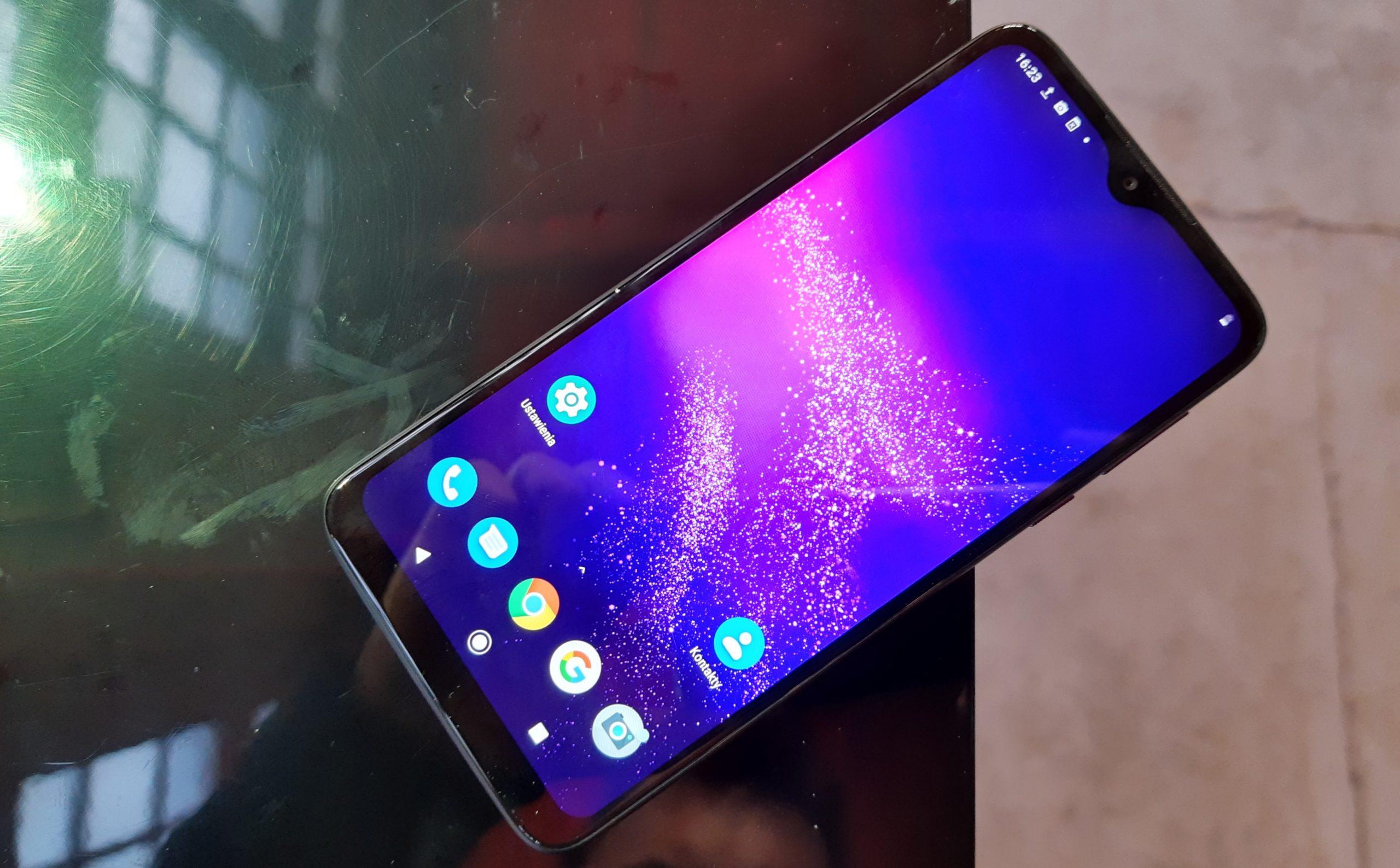 Motorola ez da itsasten.  Erakutsi besterik ez du egin 3 smartphone eredu berriak