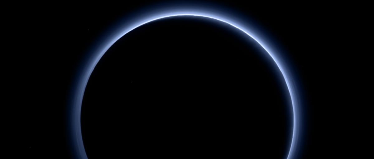 NASAko buruak ihes egin zuen eta Pluton planeta osoko egoera berreskuratu zuen.  Astronomoen barreak amaigabeak izan ziren