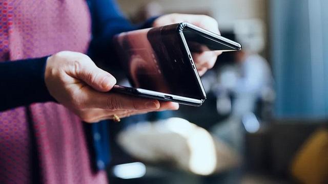 TCL bi tokitan tolesten duen smartphone batean ari da lanean