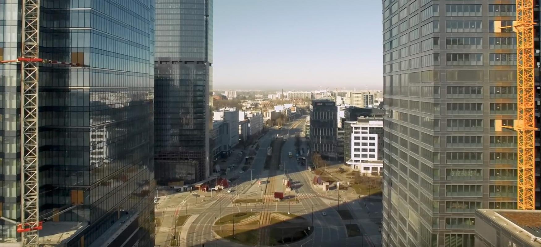 Varsovia Hutsak herri mamua dirudi.  Pole batek bideo-drone bat grabatu zuen epidemia batean