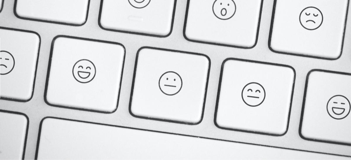 """""""XD"""" kategoriako berriak.  Teklatuetan, Microsoft-ek emoji botoia gehitu zuen bulegoko lanetan"""