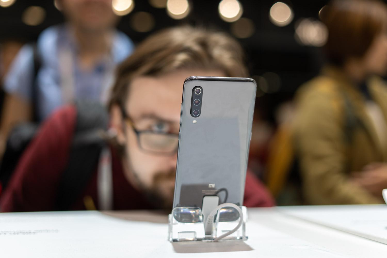 Xiaomi berriaren pantailan kolpeak emateko modukoa da.  Konpainia prestatzen ari da 120 Hz-ra